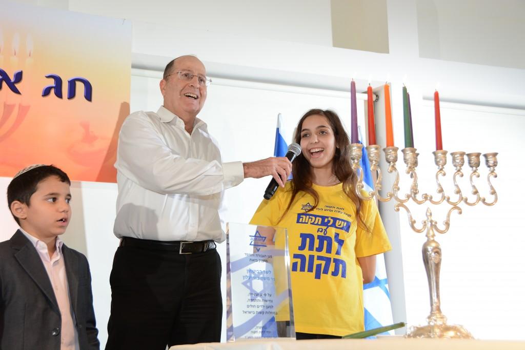 שר הביטחון, בוגי יעלון, מארח את ילדי 'לתת תקוה' לטקס הדלקת נרות חנוכה