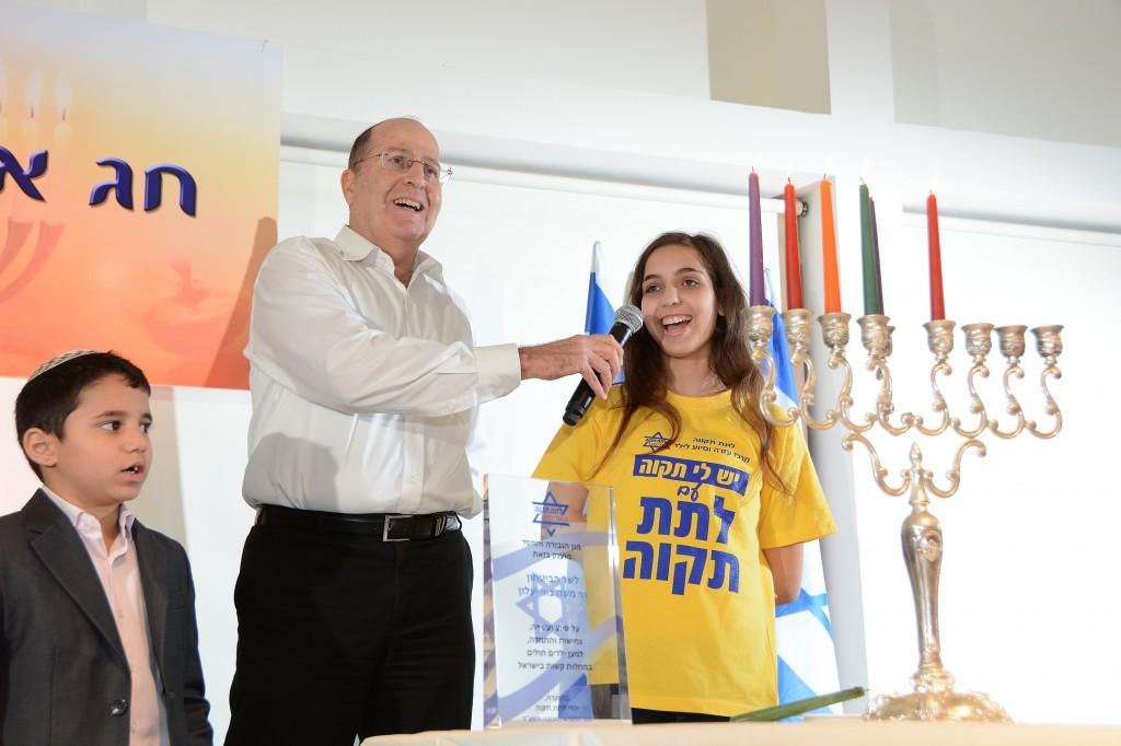 Minister Bugy Yealon host LatetTikva children