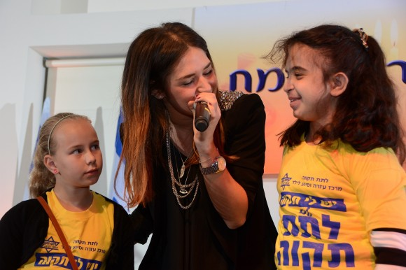 הזמרת קטלין רייטר עם ילדי 'לתת תקוה'